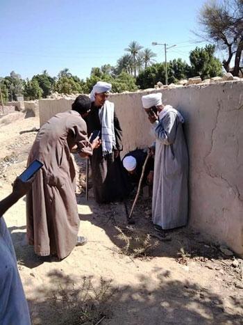 تنظيف المقابر بالأقصر من الأعمال السحرية (9)