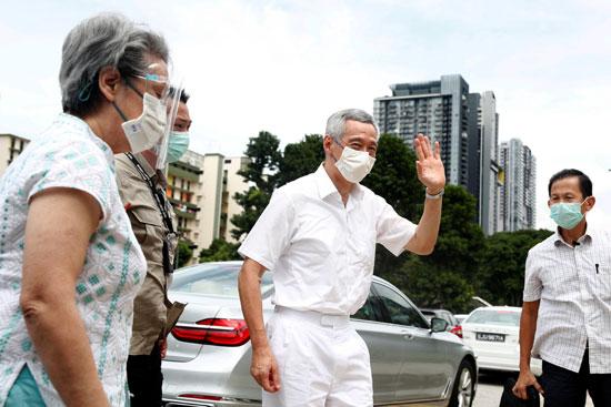 رئيس وزراء سنغافورة لي هسين لونج وزوجته هو تشينغ في مركز اقتراع خلال الانتخابات العامة في سنغافورة