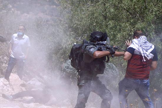 قوات الاحتلال تعتدى على الفلسطينيين