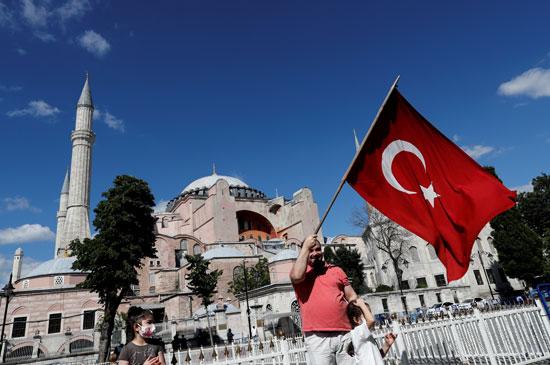 أنصار أردوغان يلوجون بالعلم التركى