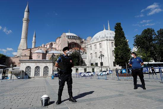 الشرطة بمحيط متحف وكنيسة آيا صوفيا