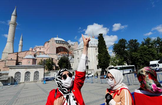 عدد من التركيات بمحيط متحف وكنيسة آيا صوفيا