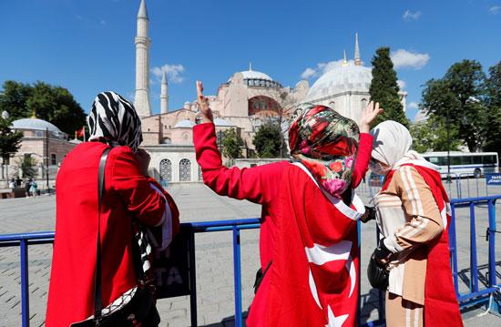 أنصار الرئيس التركى بمحيط متحف وكنيسة آيا صوفيا