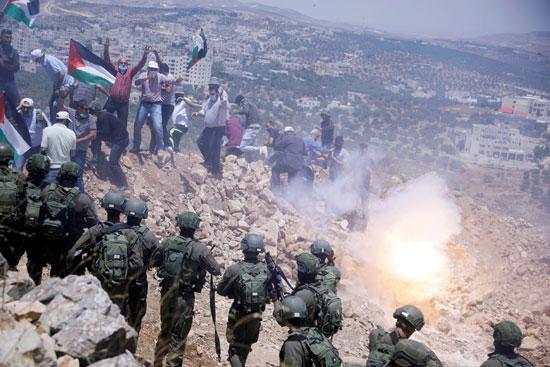 قوات الاحتلال تطلق الغاز لتفريق الفلسطينيين