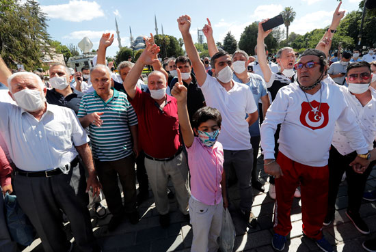 احتفال أنصار أردوغان بتحويل متحف وكنيسة آيا صوفيا إلى مسجد