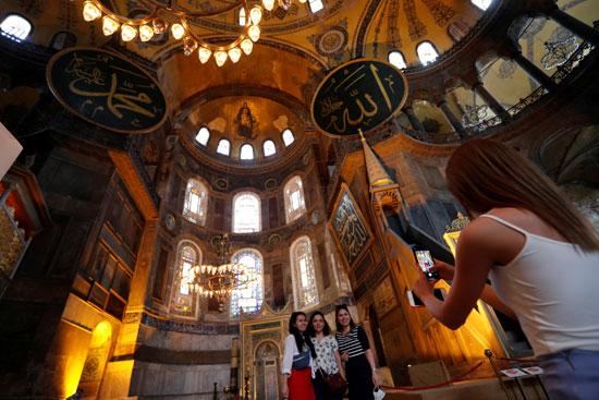 صور تذكارية داخل متحف وكنيسة آيا صوفيا
