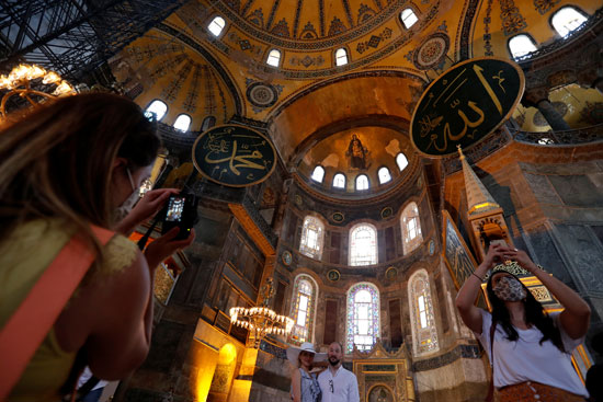 أشخاص يزورون متحف وكنيسة آيا صوفيا