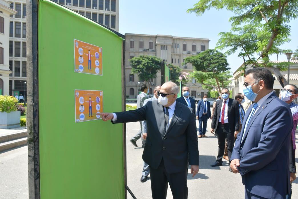 جانب من جولة رئيس جامعة القاهرة في الكليات التي تجرى بها امتحانات اليوم (3)