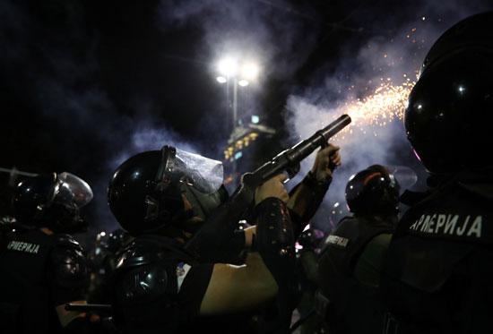 الشرطة تطلق قنابل الغاز فى اتجاه المحتجين