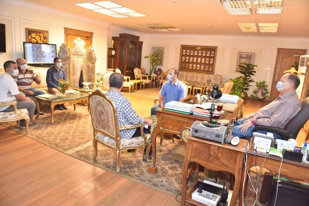 محافظ أسيوط يلتقى مدير المتابعة الميدانية (2)