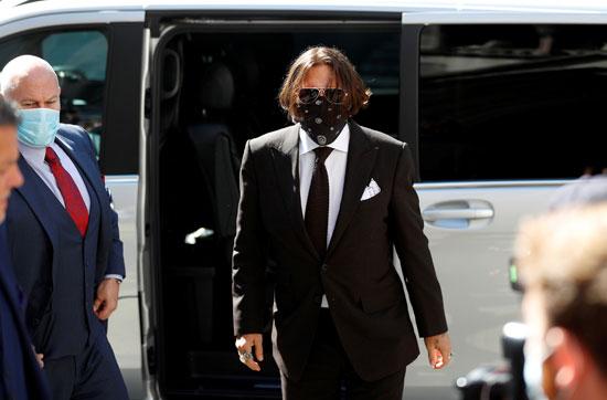 جونى ديب يصل المحكمة مرتديا كمامة