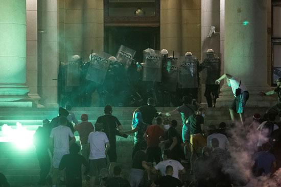 جانب من الاشتباكات أمام مبنى البرلمان