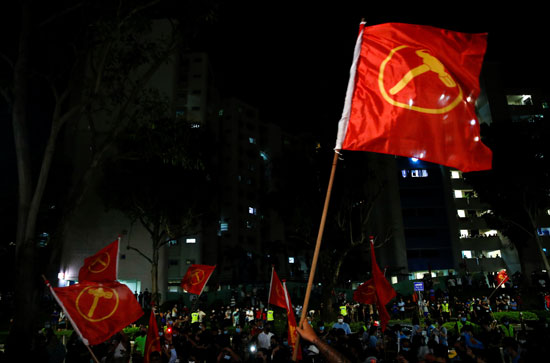 أعلام الحزب الحاكم تغزو شوارع سنغافورة بعد الفوز  فى الانتخابات