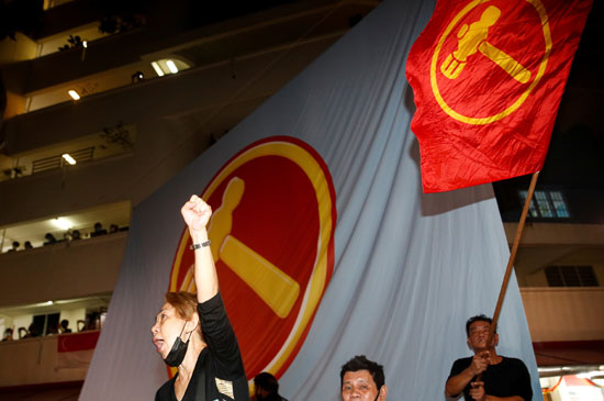 أنصار الحزب الحاكم يحتفلون فى شوارع سنغافورة بالفوز فى الانتخابات
