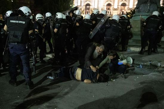الشرطة تتعامل مع أحد المحتجين