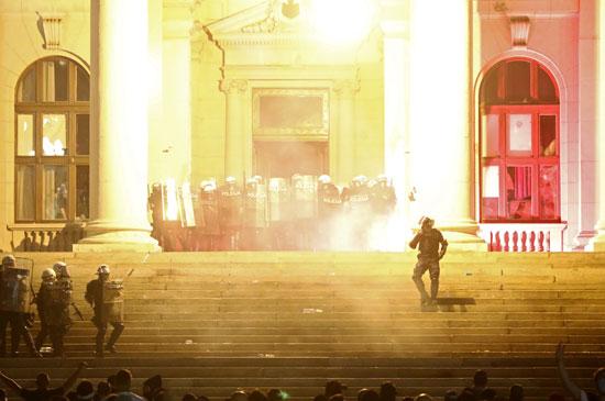 اشتباكات الشرطة والمحتجين أمام برلمان صربيا