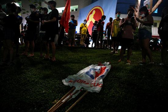 صورة لعلم حزب العمل الشعبي على الأرض بينما يحتفل أنصار حزب العمال بالفوز فى الانتخابات العامة