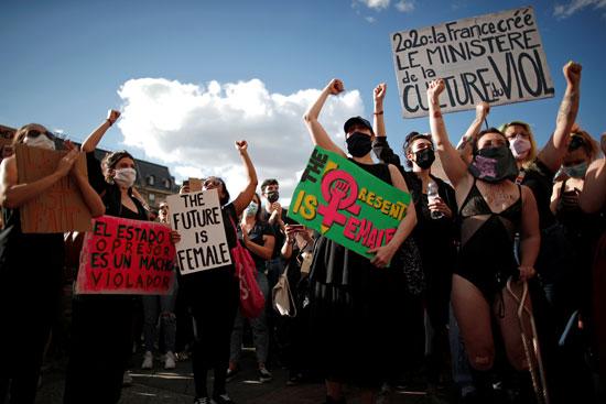 المتظاهرون يرددون الهتافات المناهضة ويحملون لافتات ضدوزير الداخلية الفرنسى الجديد
