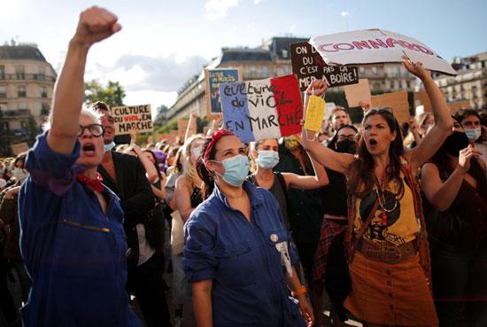 المتظاهرات يحملن علم فرنسا واللافتات المناهضة لوزير الداخلية الجديد