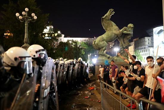 المتظاهرون يهتفون ضد قرار الحكومة بفرض حظر التجوال لمواجهة كورونا