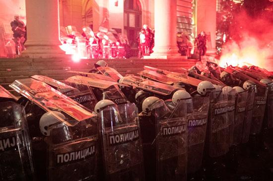 المحتجون يحاولون اقتحام المبنى
