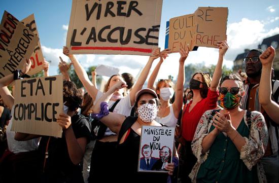 ناشطون نسويون يتظاهرون ضد تعيين وزير الداخلية الفرنسي جيرالد دارمانين ووزير العدل إريك دوبوند موريتي في الحكومة الفرنسية الجديدة