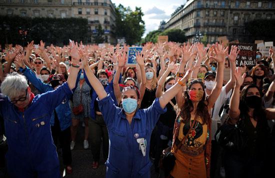 المتظاهرات يرددن الهتافات المناهضة لوزير الداخلية الجديد فى فرنسا