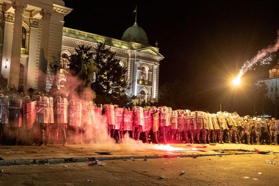 صورة للحاجز الأمنى المفروض أمام مبنى البرلمان فى صربيا قبل الاقتحام