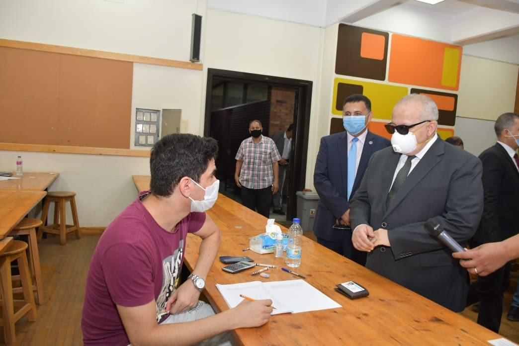 جانب من جولة رئيس جامعة القاهرة في الكليات التي تجرى بها امتحانات اليوم (4)