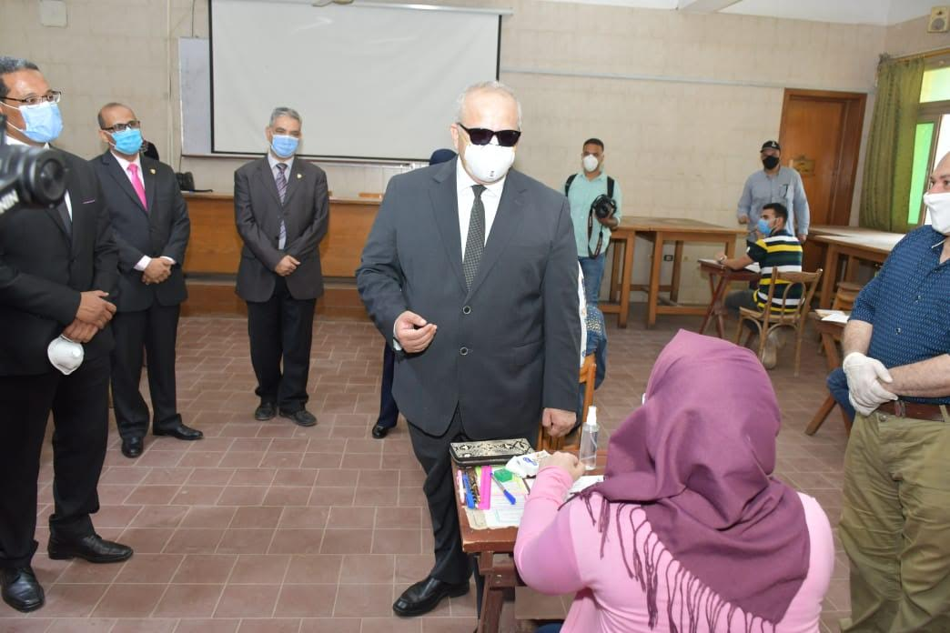 جانب من جولة رئيس جامعة القاهرة في الكليات التي تجرى بها امتحانات اليوم (5)