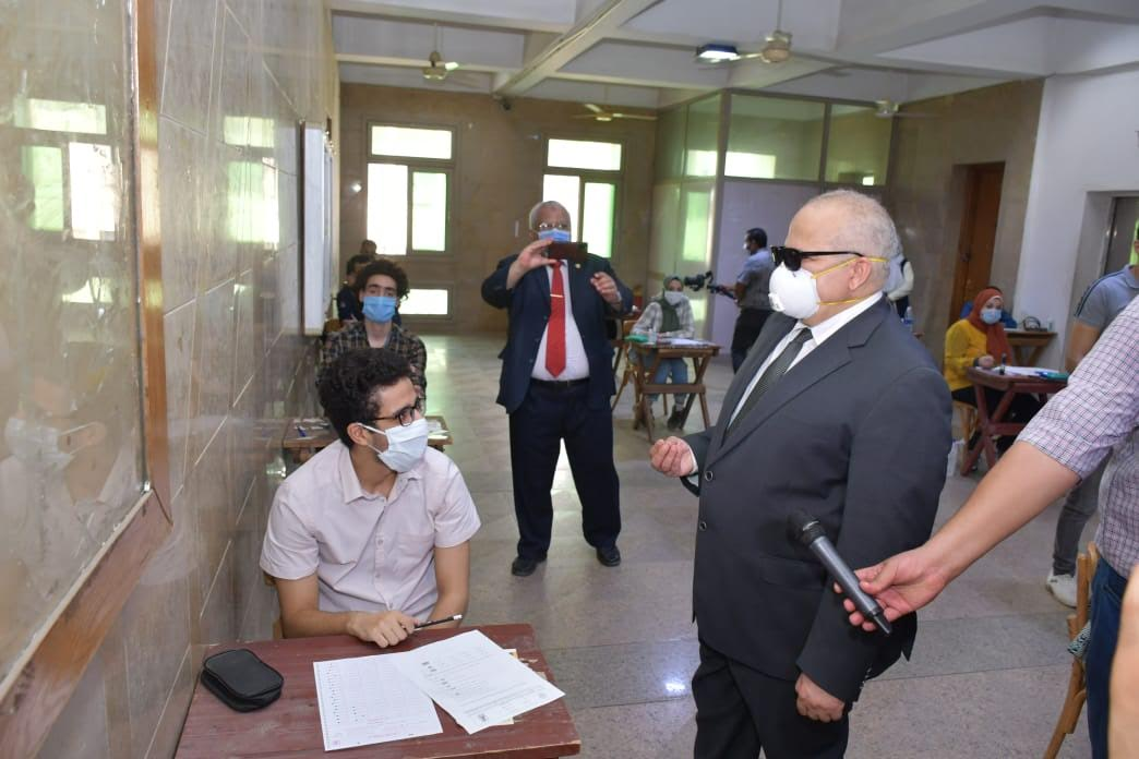 جانب من جولة رئيس جامعة القاهرة في الكليات التي تجرى بها امتحانات اليوم (1)