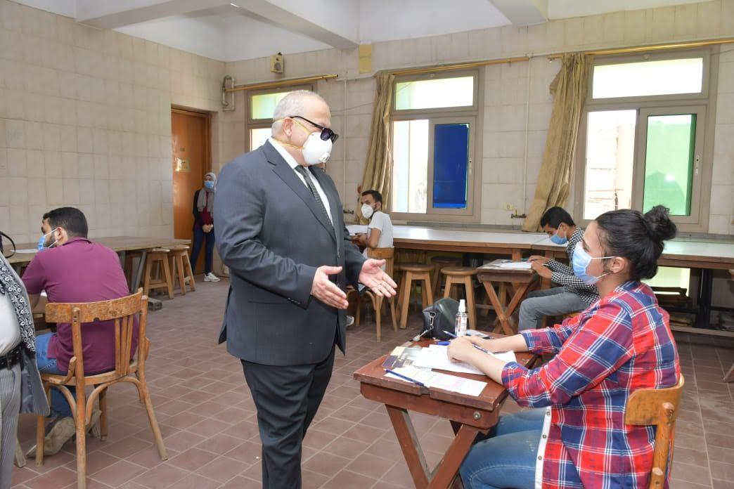 جانب من جولة رئيس جامعة القاهرة في الكليات التي تجرى بها امتحانات اليوم (2)