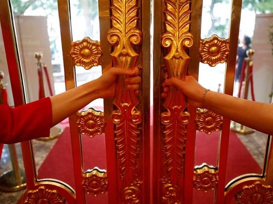 أبواب الفندق الذهبية