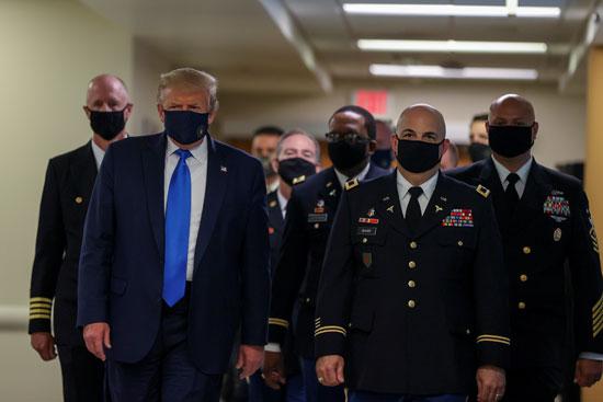 ترامب ومرافقيه بالكمامة