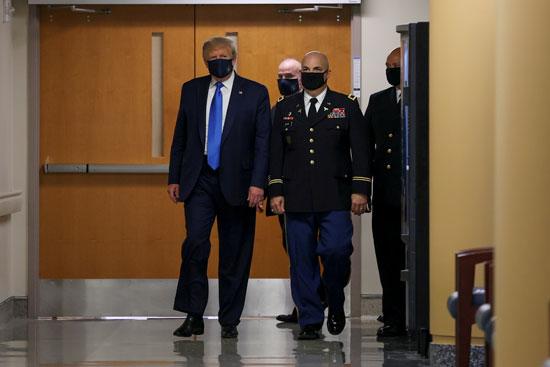 الرئيس الأمريكى يرتدى الكمامة داخل المركز الطبى