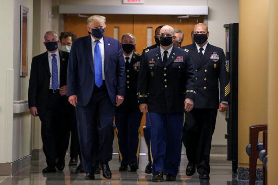 دونالد ترامب يرتدى الكمامة داخل المركز الطبى