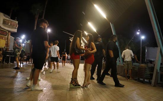 قوات الأمن تغلق المطاعم بشارع بونتا بالينا