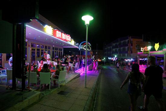 تجمع المواطنين بالمطاعم فى مايوركا