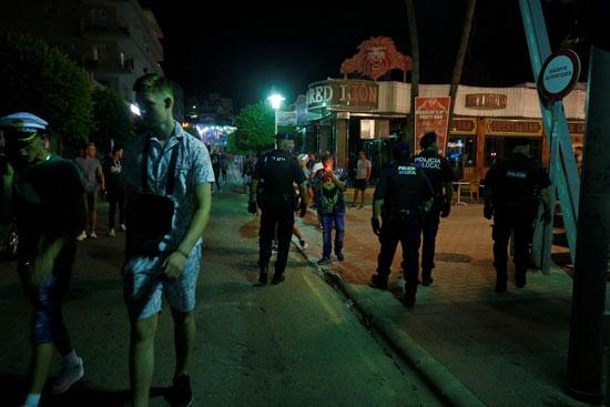 قوات الأمن تغلق المطاعم