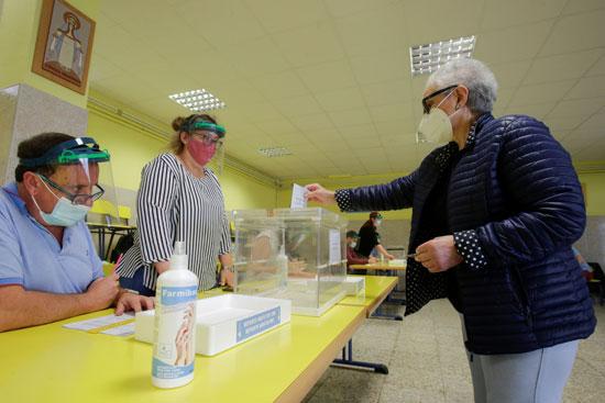 أحد المواطنين يدلى بصوته فى الانتخابات