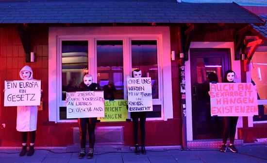 العاملات بالدعارة يحملون اللافتات خلال التظاهرات