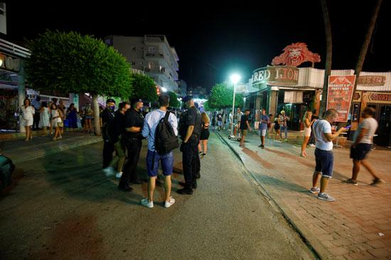 الشرطة الإسبانية تبعد المواطنين عن المطاعم