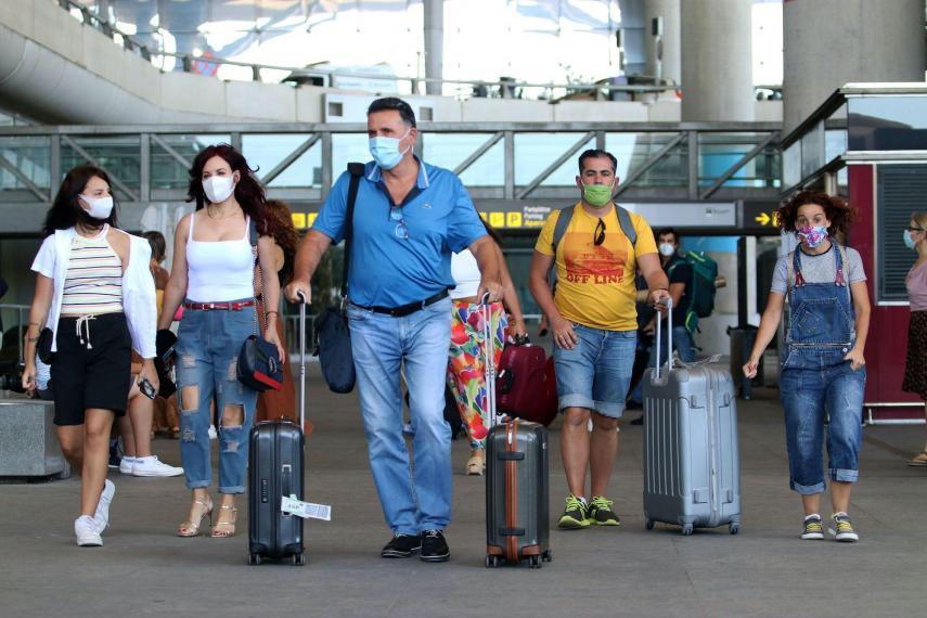 السياح يصلون لمطار بابلو فى مالجا