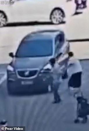 فتاة تنجو من الموت بعد سقوطها أسفل سيارة بالصين (2)