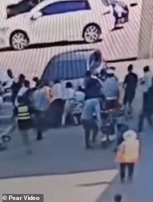 فتاة تنجو من الموت بعد سقوطها أسفل سيارة بالصين (1)