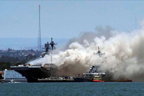 أعمدة الدخان تتصاعد من السفينة