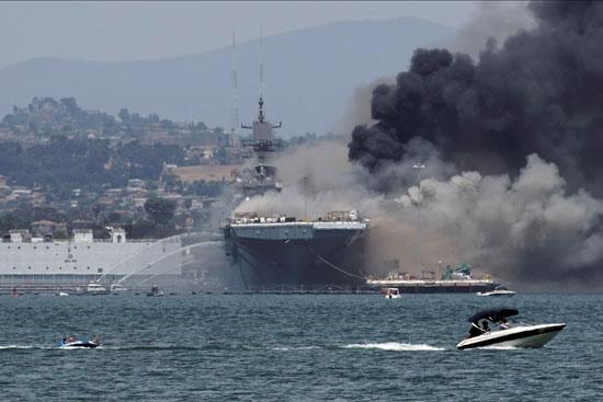 النيران تلتهم السفينة الحربية
