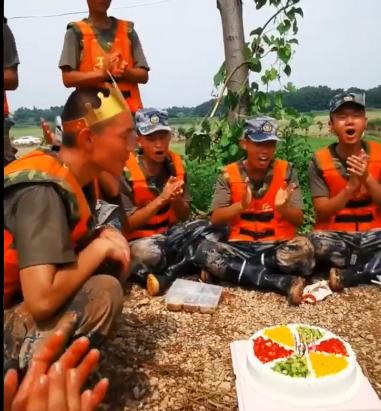 جندي صيني يحتفل بعيد ميلاده خلال مكافحته مع زملائه الفيضانات (3)