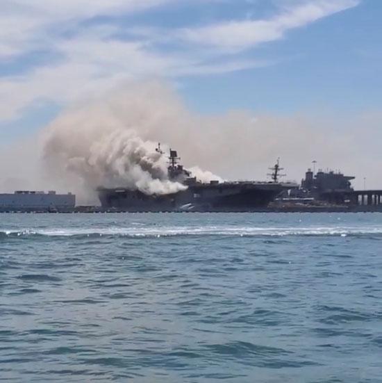تصاعد أعمدة الدخان من على متن السفينة