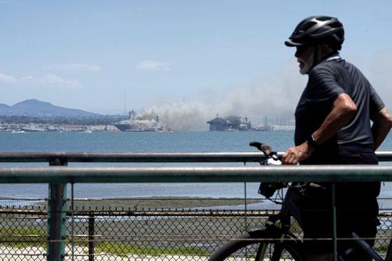 رجل يشاهد محاولات الاطفاء
